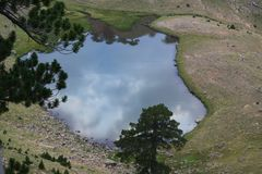 Pochodzi Flega Smok jezior 1940m wysokość, Epirus, Grecja Zdjęcie Stock