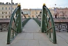Pochtamtsky bro över den Moika floden i St Petersburg Arkivfoton