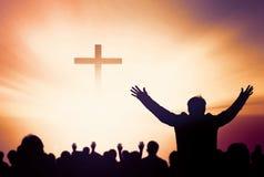 Pochwały i cześć pojęcie: Sylwetka Chrześcijańskie modlitwy podnosi rękę podczas gdy ono modli się Jezus zdjęcie royalty free