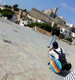 Pochyła perspektywa fotograf zgina i kobieta model z historyczną cytadelą Ibiza miasto zdjęcia stock