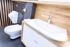 Pochylony widok toaletowy wnętrze obrazy royalty free