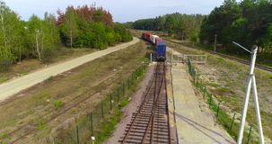 Pociąg towarowy wolno iść przez fabryki Kolejowa struktura w lasowym widoku od wierzchołka zbiory wideo