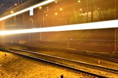 Pociągi w ruchu na długim ujawnieniu przy nocą obrazy stock