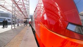 Pociągów stojaki na platformie i ludziach wchodzić do fracht zdjęcie wideo