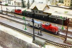 Pociągów tory szynowi z zimy scenerią i modele fotografia stock