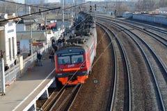 Pociąg i ludzie na Tsaritsino platformie Obrazy Royalty Free