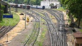 Pociąg jedzie na poręczach, odgórny widok zbiory wideo