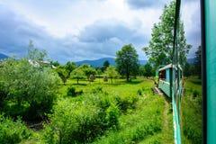 Pociąg jedzie wąską ścieżkę i niesie turystów w Carpathians zdjęcie royalty free