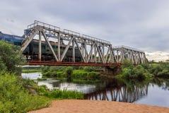 pociąg Kolejowy most nad rzecznym Volchina zdjęcia stock