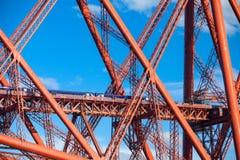 Pociąg krzyżuje Naprzód Kolejowego most w Edynburg, Szkocja fotografia stock