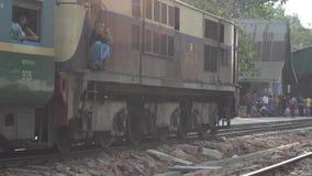 POCIĄG - lokomotywa: Zamyka w górę taborowego omijania, niecka podążać zdjęcie wideo