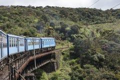 Pociąg na żelazo moscie Ella, Sri Lanka Fotografia Royalty Free