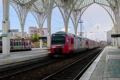 Pociąg na kolei przy Oriente stacją Lisbon, Portugalia, - zdjęcie stock