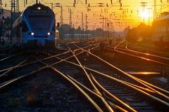 Pociąg na kolejowych śladów skrzyżowaniu fotografia stock