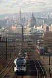 Pociąg na linii kolejowej przeciw Budapest linii horyzontu zdjęcie stock