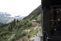 Pociąg na wyginającej się górze w Alaska górach Zdjęcia Stock