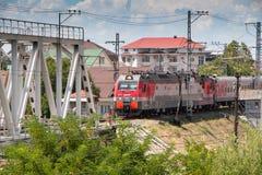 Pociąg pasażerski biega wzdłuż seacoast zdjęcie royalty free