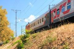 Pociąg pasażerski biega wzdłuż seacoast fotografia stock
