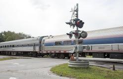 Pociąg pasażerski przechodzi nad równym skrzyżowaniem usa Fotografia Royalty Free