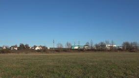Pociąg pasażerski przechodzi w otwartego wiejskiego krajobraz Niemcy Styczeń 2, 2019 zbiory