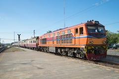 Pociąg pasażerski przy estradowym dworcem Królewska Tajlandzka kolej Obraz Royalty Free