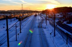 Pociąg pasażerski przy stacją kolejową w perspektywie położenia słońce w zimie fotografia stock