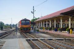 Pociąg pasażerski przyjeżdża na staci kolejowej miasto Ayutthaya obraz royalty free