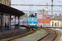 Pociąg pasażerski przyjeżdża przy głównym dworcem obraz royalty free