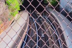 Pociąg pasażerski rusza się szybko w podziemnego tunel zdjęcie royalty free