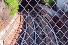 Pociąg pasażerski rusza się szybko w podziemnego tunel fotografia stock