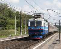 Pociąg pasażerski z elektryczną lokomotywą Obrazy Stock