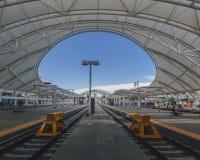 Pociąg platformy w zjednoczenie stacji w w centrum Denver i ślada, usa obrazy stock