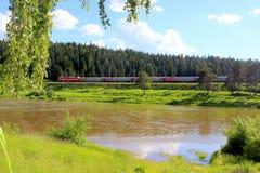 Pociąg podróżuje wzdłuż prezerwy ` Preduralie ` Rosja fotografia stock