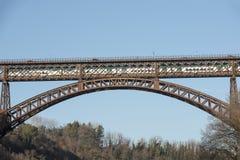 Pociąg przechodzi dalej żelaznego most nad Adda rzeką przy Paderno, Włochy Zdjęcia Stock
