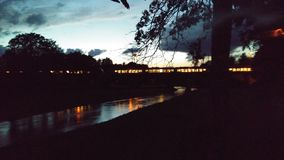 Pociąg przy świtem zaświeca up noc obrazy stock