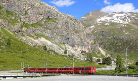 Pociąg przy Bernina Diavolezza stacją na Bernina linii kolejowej Obraz Royalty Free