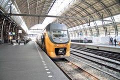 Pociąg przy Centrali Staci Amsterdam Holandiami Zdjęcia Royalty Free