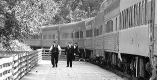 Pociąg przy linii kolejowej stacją Obraz Royalty Free