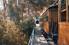 Pociąg przy stacją blisko tunelu zdjęcia stock