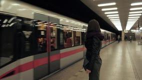Pociąg Przychodzi - młodej kobiety czekanie Dla Jej pociągu W Nowożytnej staci metru zbiory