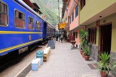 Pociąg przyjeżdża Machu Picchu osady stacja. Fotografia Royalty Free