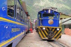 Pociąg przyjeżdża Machu Picchu osady stacja. Obrazy Stock