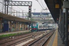 Pociąg przyjeżdża przy Bologna stacją w Włochy Obrazy Royalty Free