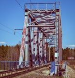 Pociąg przyjeżdża przy kolejowym mostem fotografia royalty free