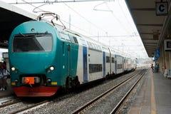 Pociąg przyjeżdża przy stacją kolejową, dzień, światło dzienne, frontowy v Fotografia Stock
