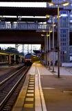 Pociąg przyjeżdża przy stacją kolejową w ranku wcześnie Fotografia Stock