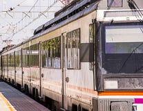 Pociąg przyjeżdżający przy platformą Obrazy Stock