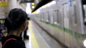 Pociąg przyjeżdżający przy stacją metru zdjęcie wideo