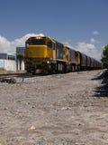 Pociąg Towarowy ciągnie węglowych furgony Zdjęcia Royalty Free