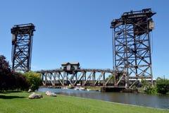 Pociąg Towarowy Krzyżuje Vertical most Obraz Royalty Free